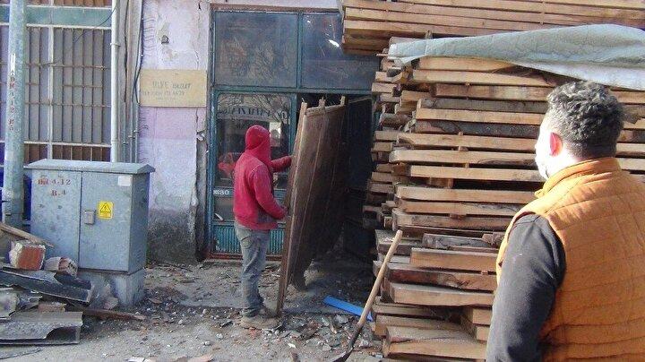 Çöken çatının malzemeleri iş yerinin içerisine doldururken, iş yeri büyük zarar gördü. İşçiler atölyede temizlik çalışması yaptı. Gece olması muhtemel bir facianın önüne geçmiş oldu.
