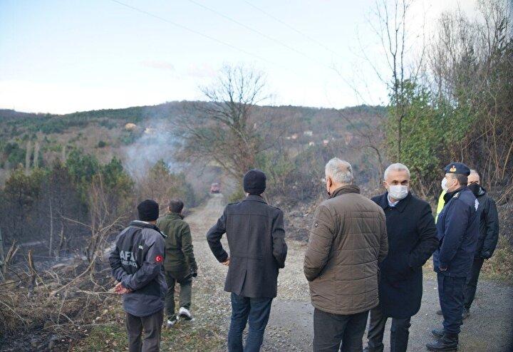 """Yangının kısmen kontrol altına alındığını ifade eden Abana Belediye Başkanı Yunus Akgül, """"Kısmen şu anda yangın kontrol altına alınmış durumda. Ama ne yazık ki Çayırlık Mahallesinde 3 tane ev tamamen yandı, 2 tane de evin çatısı yandı. Şükrediyoruz ki can kaybımız yok. Tedbir amaçlı Kadıyusuf ve Çampınar köyleri de boşaltılmış durumda. Yaklaşık 50 hektarlık bir alanda yangın etkili oldu. Yangın büyük ölçüde kontrol altında ama yer yer alevleniyor rüzgarın etkisiyle. Dolayısıyla tam olarak kontrol altına alabildiğimizi söyleyemeyiz ama büyük ölçüde kontrolümüz altında. Yangının etkili olduğu Çayırcık Mahallemizde yangını tamamen söndürme çalışmaları sona erdi, soğutma çalışmaları devam ediyor. Şu anda Hacıveli Mahallemizin ormanlık alanlarında yangın devam ediyor. Oralarda da maalesef yangına müdahale etmeye yollarımız bulunmuyor. Oralarda iş makineleriyle arkadaşlarımız yol açmaya çalışıyor. Yollarımız açılınca oradaki yangınlara da müdahale etme şansımız olacak"""" dedi."""