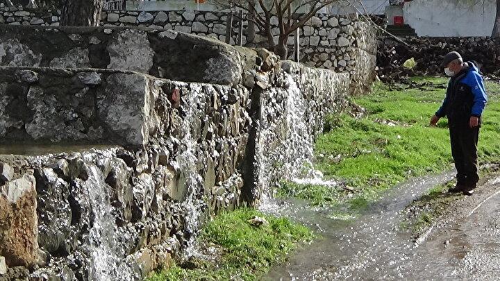 Bin Pınarlı Dağ olarak bilinen Kazdağlarının eteklerinde kalan Bayramiç ilçesinin Pınarbaşı köyü ve çevresindeki yeraltı su kaynakları zenginliği şaşırtıyor. Kış mevsiminin gelmesiyle birlikte köyde evlerin temelinden, bahçesinden, sokaklardan hatta futbol sahasından dahi çıkan kaynak suları göletler oluşturuyor. Yeraltı kaynak sularının kapladığı 400 nüfuslu köy, görüntüsü ile Venediki andırıyor. Pınarbaşı'nda yaşayanlar, bu doğa olayının, suyun bollaştığı her Ocak ayında tekrarladığını belirtiyor.