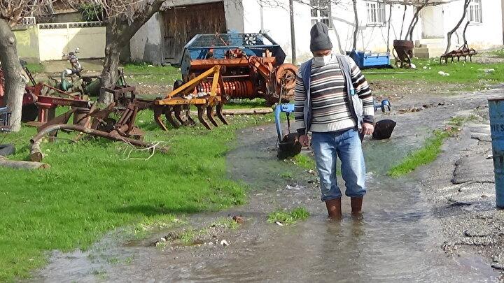 Köy muhtarı Hayrullah Özkan, her yıl kış gelip sular bollaştığında köyün altındaki kaynak sularının yüzeye çıktığını belirterek, Köyün bir kısmı su altında kalıyor. Spor sahamız, yollarımız, her tarafımız şu anda su içerisinde. Bu nedenle yollarımız bozuluyor. Kış gelince halimiz böyle oluyor. Bu durum hoşumuza gidiyor. Güzel manzaralar oluşuyor. Biz bu şekilde olmasına razıyız. Yeter ki sularımız bol olsun. Her yerde kuralık olurken, köyümüzde şu an bol su var. Bu köyümüze güzellik katıyor dedi.