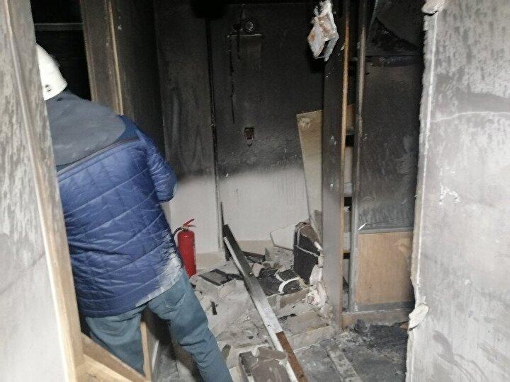 Aksaray Belediyesi İtfaiye Müdürlüğü ekipleri itfaiye aracında bulunan merdiven vasıtası ile yangına hem dışarıdan hem de içeriden müdahale etti.