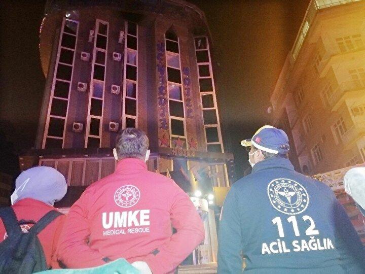 Otel odasında yanarak ağır yaralanan Kamuran Y. itfaiye ve sağlık ekiplerince odadan çıkartılarak ambulansla Aksaray Üniversitesi Eğitim ve Araştırma Hastanesi Acil Servisine kaldırıldı.