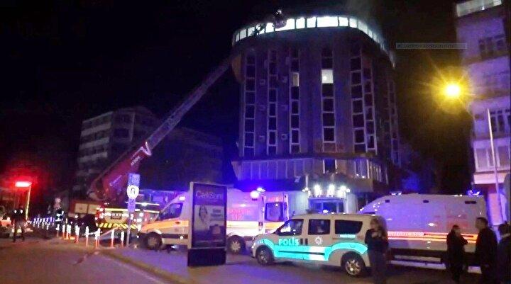 AFAD, itfaiye ve polis ekipleri yanan odada incelemeler yaptı.