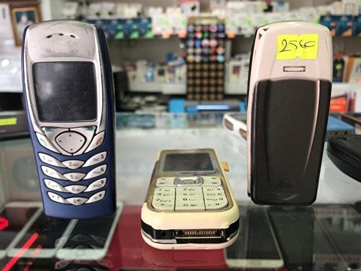 """Teknolojinin gelişmesiyle birlikte halk arasında """"Yaşlı telefonu"""" olarak bilinen kamerasız ve tuşlu telefonlara olan rağbet azaldı. Genellikle akıllı telefonları tercih eden vatandaşlar eski modelleri rafa kaldırarak kenara attı. Genelkurmay Başkanlığı tarafından ilan edilen askeriyede kısmen telefon kullanımına izin kararının ardından, bu özellikleri karşılayan eski telefonlara olan talep zirve yaptı. Telefoncularda bulunan kamerasız telefon stokları erimeye başlarken, bu durumun ardından fiyatlarda da artış yaşandı. Kısa zaman önce 50-100 liraya alıcı bulamayan tuşlu telefonlar, şimdilerde 250-300 lira arasında satılıyor."""