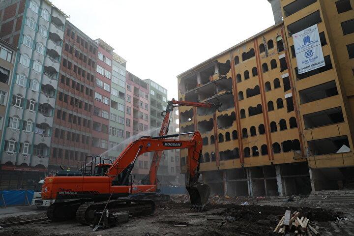 Rizede Kentsel Dönüşüm kapsamında 168 yapının yıkımına başlandı