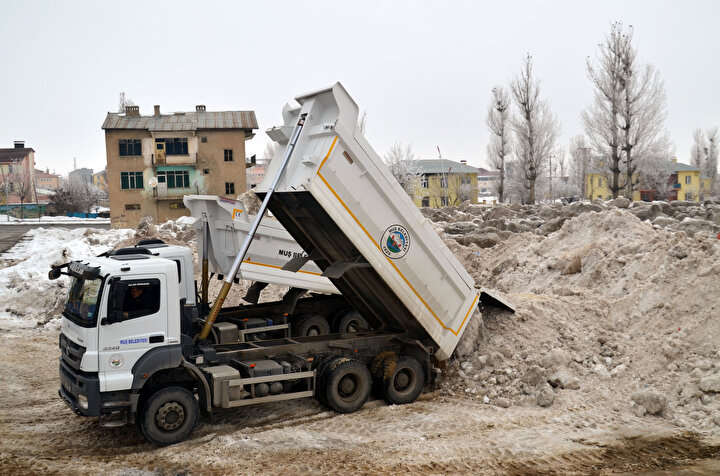 Günde 250'ye yakın olmak üzere, 1,5 ay içerisinde 10 bini aşkın kamyon karın boşaltıldığı bölgede adeta kar dağları oluştu.