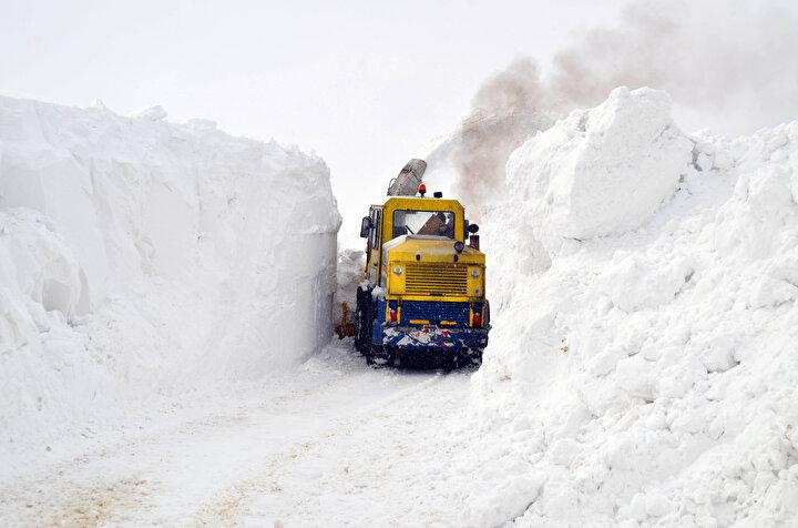 Karla mücadele ekiplerinin hummalı bir şekilde yürüttüğü çalışmalar kapsamında, kentin cadde ve sokaklarında toplanan kar yığınları, öncelikle iş makineleriyle kamyonlara yükleniyor.