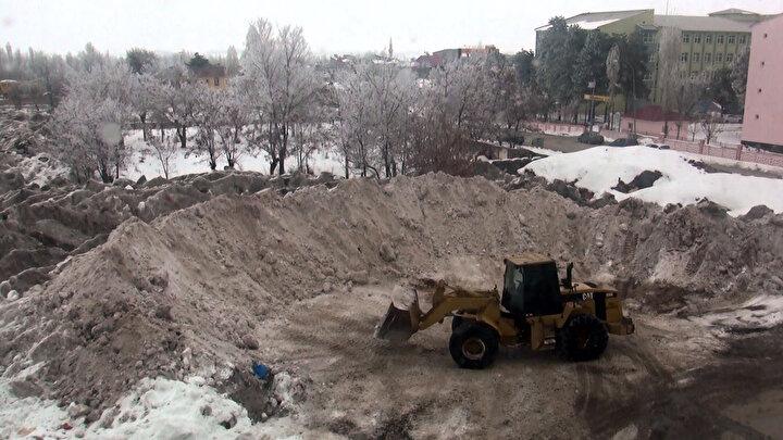 Kar yığınları, şehir merkezi dışında belirlenen noktalara dökülüyor.