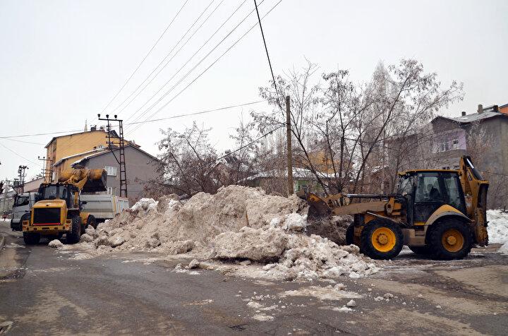 Muş'ta 10 bin kamyon kar taşındı