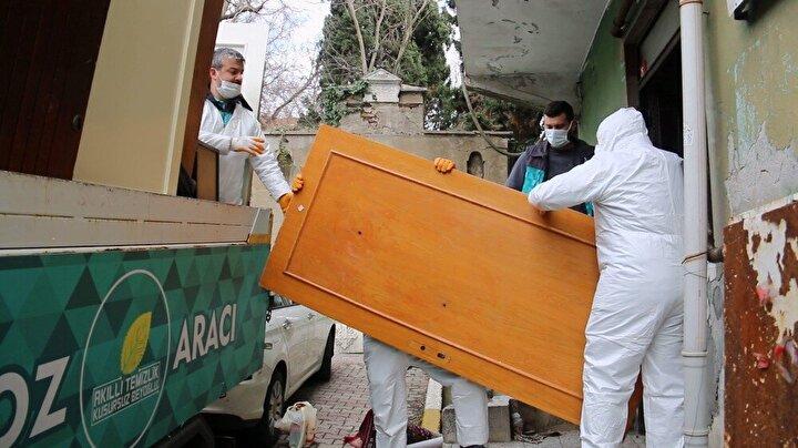 """Vatandaşların şikayeti üzerine evi incelendiğini ifade eden Beyoğlu Piripaşa Mahalle Muhtarı Cafer Pehlivan, """" Evin durumunu gördüğümde kaymakamlığa dilekçe verdim. Dilekçeyi verdikten 15 gün içinde Beyoğlu ilçe emniyetine bağlı polis ve Beyoğlu Belediyesi Zabıta ekipleri ve belediyenin temizlik işleri personeli eşliğinde evin çöplerini boşaltıyoruz. Evin içinde en çok tahta ve bir sürü çöp yığını olmuş gördük. Üst katta çocuklu bir aile oturuyordu, bunların şikayeti evde akrep ve çeşitli böcekler geldiğini söylediler. Kaymakamlığımız hızlı bir şekilde evi boşaltma kararı aldı"""" diye konuştu"""