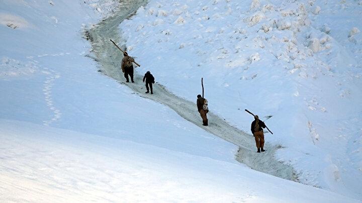 Çiftçiler, kızaklara ve brandalara yükledikleri otları, kar kalınlığının yer yer 1 metreyi bulduğu bölgede, zorlu yolculuğun ardından köye ulaştırıp, hayvanlarına yediriyor.