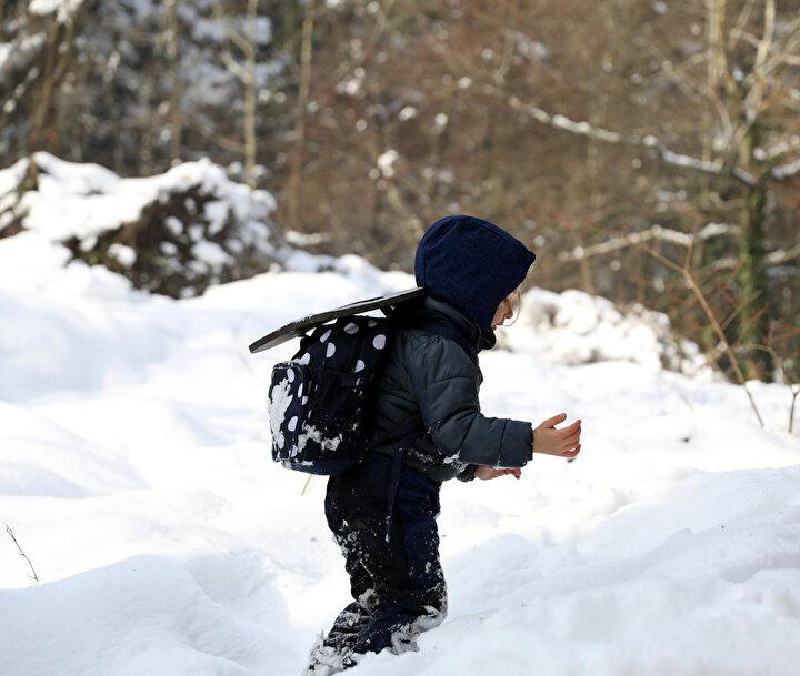 Çocuğunu okula kayıt yaptırmak isteyen velilerin önce tedirgin olduğunu, daha sonra alıştığını kaydeden Abi, Orman okuluna bir veli çocuğunu neden vermeli? Burada tabi ki de risk var. Orman pedagojisinin temelinde risk vardır. Burada elbette küçük riskler var. Veliler, Ağaca çıktığında düşmez mi, kayaya tırmandığında kaymaz mı? diyor. Tabi ki küçük yaralanmalarla neticelenecek olaylar olabilir. Soğuk havalarda biz de dışarı çıkıp evlere gelmiyorduk. Hastalanıp iyileşiyorduk ama bir direnç meydana geliyordu. Burada en önemli şey direnci çocukların doğada alması. Çocuklar kendi riskini bilir. Çocuk bir kayada ne kadar yükseğe çıkacağını çok iyi bilir. Bir ağaçta ne kadar yüksekliğe çıkacağını çok iyi bilir. Nereden inebileceğini bilir ama bir çılgınlık yapmaya kalktığı zaman öğretmenlerimiz zaten müdahale ediyor. Ama onların gelişimi için bir alan bırakıyor ifadelerini kullandı.