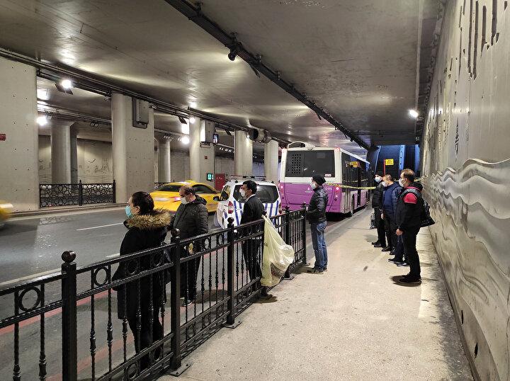 Kadıköyden park halindeki otobüsü çalan hırsız otobüsün güvenlik kamerası tarafından kaydedildi. Görüntülerde, otobüsün koltuğuna geçen hırsızın otobüsü çalıştırarak kaçırdığı görülüyor. Kadıköyden çıkan hırsız hızla seyrederek Taksime geliyor. Polis eşkâli belirlenen hırsızı yakalamak için çalışmalarını sürdürüyor