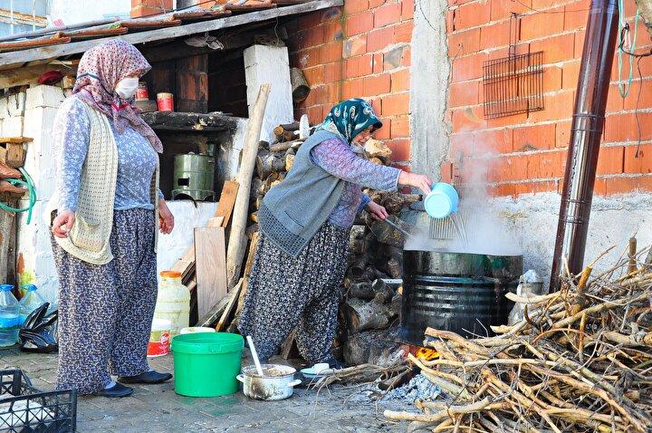 214 bin 875 dekar tarım arazisinin 114 bin dekarı zeytin bağlarından oluşan Kırkağaçta, toplanan zeytinler sıkım işlemi ardından kalan zeytinyağı posaları sabun yapımında kullanılıyor.