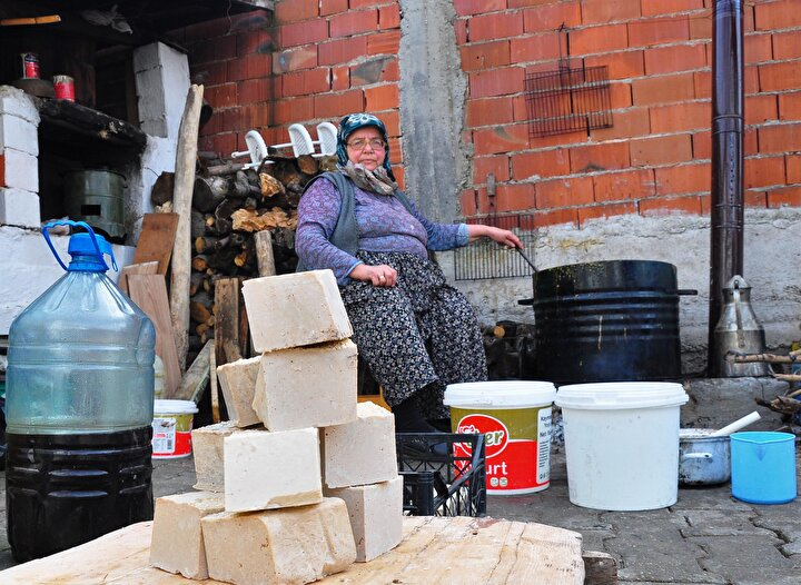 Kilosu 20 liradan satılıyor Hemen hemen her evin bahçesinde bir sabun kazanı bulunan Karakurt Mahallesinde, maharetli elleriyle uzun uğraşlar sonucu sabun üreten kadınlar, elde ettikleri sabunun kilosunu 20 liradan satıyor. Hem boş zamanlarını hem atık yağ posalarını değerlendiren kadınlar, aile ekonomilerine de katkıda bulunuyor.
