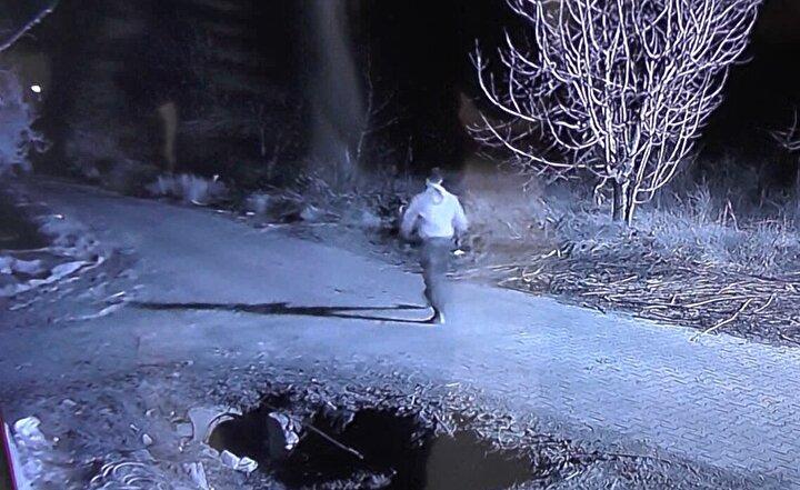 Hırsızlık anı, Uzanın komşusunun güvenlik kamerası görüntüsüne anbean yansıdı.