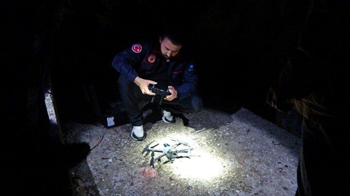 İtfaiye ekipleri, termal kameralı drone ile dağı taradı. Yaklaşık 3 saatlik arama çalışması sonucu küçük çocuğun cansız bedeni dağın 150 metre yüksekliğindeki kayalık alanda bulundu.