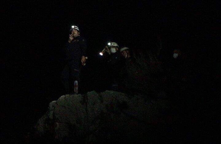 Havanın kararmasıyla birlikte işleri zorlaşan ekipler, dağı didik didik taradı.