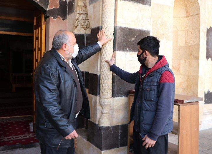 Bostancı Mahallesinde bulunan Bostancı Camii, Ahizade Hacı Abdürrahim tarafından 16ncı yüzyılda yaptırıldı. Caminin giriş kapısının iki tarafına yerleştirilen sütunlardaki döner taşlar ise yaşanan depremlerin ardından hasar oluşan bölgeyi işaret ediyor.