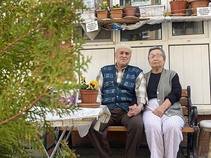 """Evinin önünde bulunan parkta severek vakit geçirdiğini ifade eden 75 yaşındaki Mücella Çetin, parktaki çiçeklerin eski köy hayatını hatırlattığını vurguladı. Çetin, """"Çiçekleri çok seviyorum. Bunların hepsini benim için yaptı. Çok güzel oldu ve çok sevindim. Ben köylü kızı olduğum için köyde bahçemiz vardı. Böyle çiçekler ekerdik. Çok güzel olurdu"""" şeklinde konuştu."""