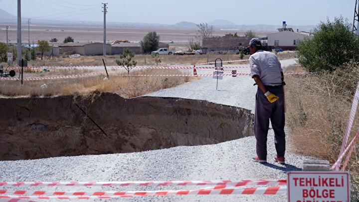 Çalışmalarla bölgenin risk haritasının oluşturulacağını belirten Obruk Uygulama ve Araştırma Merkezi Müdürü Prof. Dr. Fetullah Arık, Merkezimiz bünyesinden araştırmacıların içerisinde bulundukları yer hareketleri ve jeoloji çalışma grubu, şu an pilot olarak belirlediğimiz Karapınar ilçesi çevresinde obruklarla ilgili geniş çaplı bir araştırmayı tamamlamış bulunmaktadır. Proje sonuç raporunu oluşturmaya çalışıyoruz. Havzadaki obrukların nerelerde bulunduğu, boyutları, derinlikleri, içerisinde su bulunup bulunmadığı gibi çalışmalar yaptık ve saha çalışmalarını tamamladık. Havzada obruk oluşabilecek yerler, obruk riski taşıyan, taşımayan ya da olabilecek olan yerler şu anda deprem bölgesi haritası gibi, obruk risk haritası veya tehlike haritası ortaya konulacak. Daha sonra da vatandaşımıza bunlar sunulacak diye konuştu.