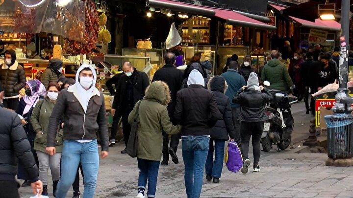 Alışveriş dışında gezmek için gelenler de yoğun kalabalık oluşturdu. Bazıları kalabalığın kendilerini korkuttuğunu ama mecbur oldukları için geldiklerini söylerken, bazıları ise yoğun kalabalığın kendilerini korkutmadığını belirtti.
