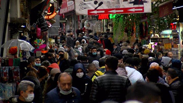 Bazı vatandaşların yapılan tüm uyarılara ve yoğun kalabalığa rağmen maskesiz olduğu ve sigara içtiği de görüldü.
