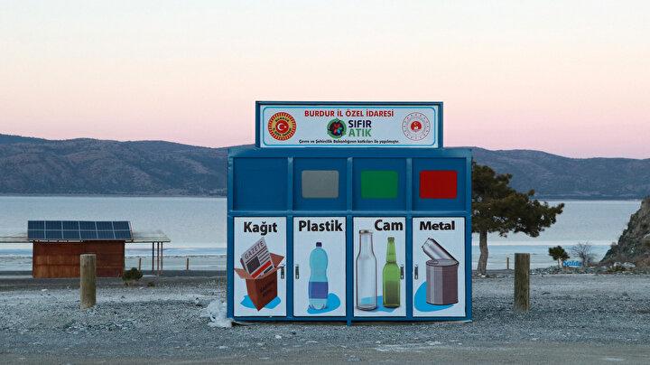 Ayrıca sıfır atık yönetimi kapsamında geri dönüşüm konteynerleri de Beyaz Adalar ve Halk Plajına yerleştirildi.