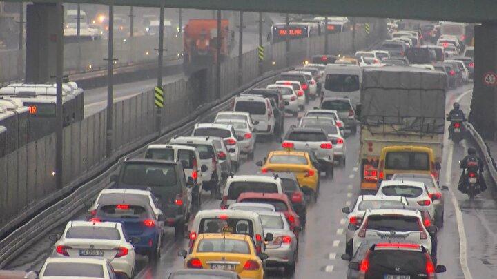 Yağmurla birlikte İstanbul trafiği felç oldu.