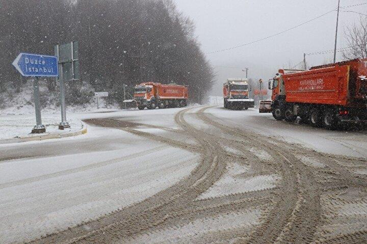 Kar yağışının etkili olduğu D-100 Karayolu ve TEM Otoyolu Bolu Dağı geçişinde karayolları ekipleri kar küreme ve tuzlama çalışmalarını sürdürüyor.