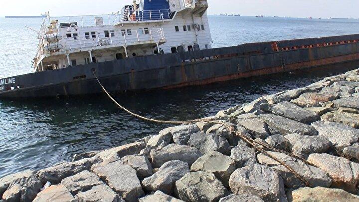 108 metrelik kargo gemisinin daha fazla suya gömülmemesi için halatlarla önlem alındı.