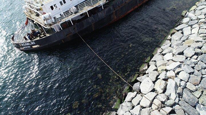 Öte yandan gemiden denize sızıntı oldu.