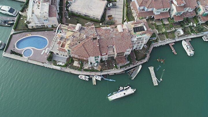 Tekneler batarken, otomobillerde hasar oluştu. Bir inşaatın kule vinci, işçilerin kaldığı barakaların üzerine devrildi.