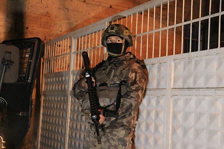 Adana Cumhuriyet Başsavcılığı, terör örgütü PKK/KCK adına yasa dışı korsan gösteriye katılan, polislere molotoflu saldırı düzenleyen ve Abdullah Öcalan'ın yakalanmasının sözde yıl dönümü nedeniyle sokakta eylem yapacağı tespit edilen 30 kişi hakkında gözaltı kararı verdi.