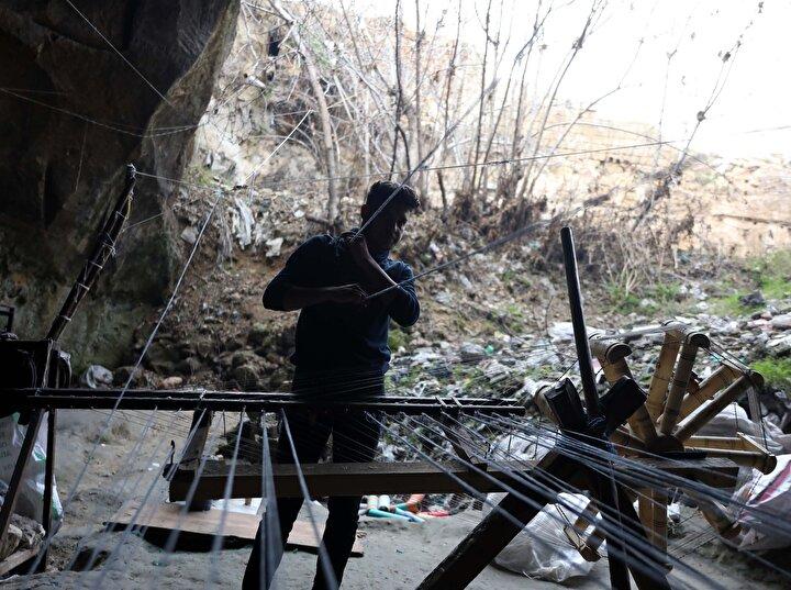 Kılınçoğlu Mahallesindeki mağaralarda çalışan ustalar, fabrikalardan temin ettikleri atık ipliklerle ilerleyen teknolojiye rağmen mağaranın nemli ortamında, el yapımı tezgahlarda kendir üretiyor.