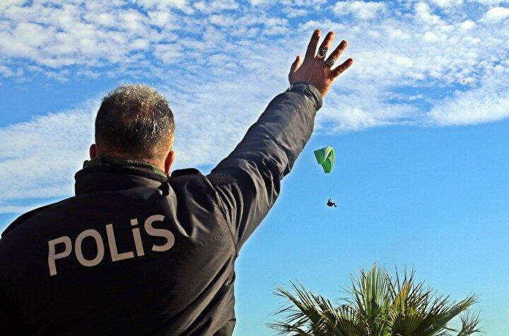 Hafta sonu sokağa çıkma kısıtlamasında polis ekipleri sıkı denetimlerini sürdürürken, kısıtlamadan muaf tutulan yabancı turistlerin uğrak yeri Konyaaltı Sahili ve çevresinde polis kuş uçurtmuyor.