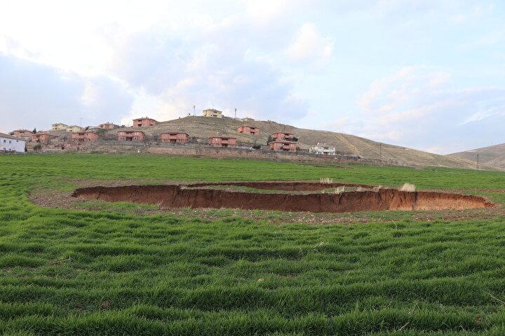 Siirt merkeze bağlı Zorkaya köyü sakinlerinden Mervan Gül, tarlada 10 metre derinliğinde 60 metre çapında ve 30 metre derinliğinde 5 metre çapında 2 obruğun oluştuğunu söyledi.