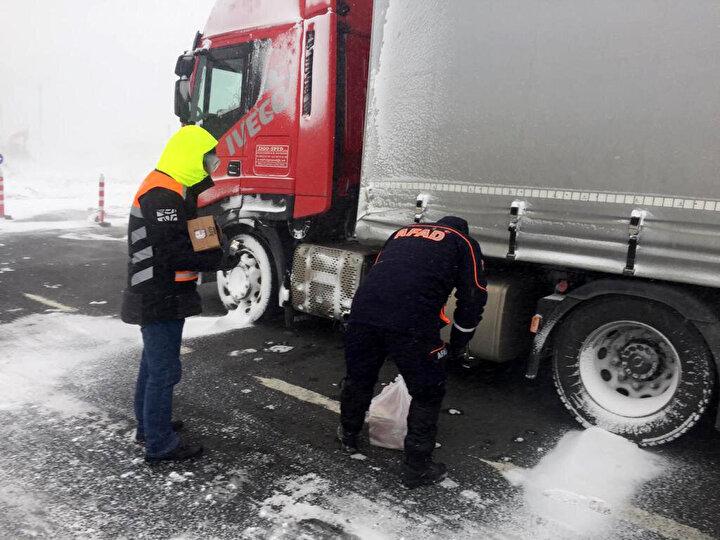 Meteorolojinin günler öncesinden uyardığı Edirne, kar yağışı ve soğuk havanın etkisi altına girerken, kentte bulunan 5 sınır kapısında yurtdışına çıkış için sıra bekleyen TIR sürücüleri de unutulmadı.
