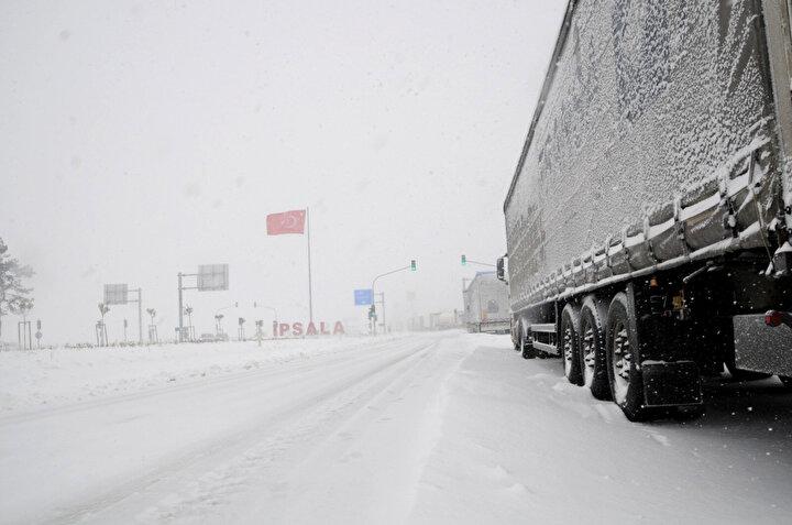 Trakya Gümrük ve Dış Ticaret Bölge Müdürlüğü'nden yapılan yazılı açıklamada, Kipi Gümrük Müdürlüğünden alınan bilgi doğrultusunda, yoğun kar yağışı nedeniyle bugünden itibaren hava koşulları normale dönene kadar İpsala Sınır Kapısı'ndan geçmek isteyen TIR araçlarının Yunanistan'a girişine Kipi Gümrük İdaresince izin verilmeyecektir. Hava koşullarının normale dönmesiyle Kipi Gümrük Kapısı'nın tekrardan açılacağı tarih ayriyeten bildirilecek olup İpsala Sınır Kapısı'nı kullanacak şoförlerin bölge müdürlüğümüze bağlı diğer gümrük kapılarına yönelmesi gerekmektedir denildi.