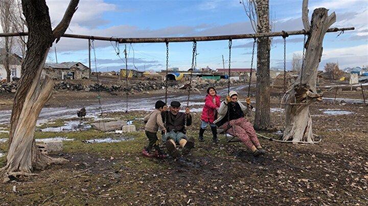 Nigar- Yaşar Akkurt çifti, Selim ilçesine bağlı Benliahmet köyünde 9 çocuk, 16 torunlarıyla birlikte yaşıyor. Torunlarıyla bolca vakit geçiren örnek aile zaman zaman birlikte salıncakta sallanıyor.