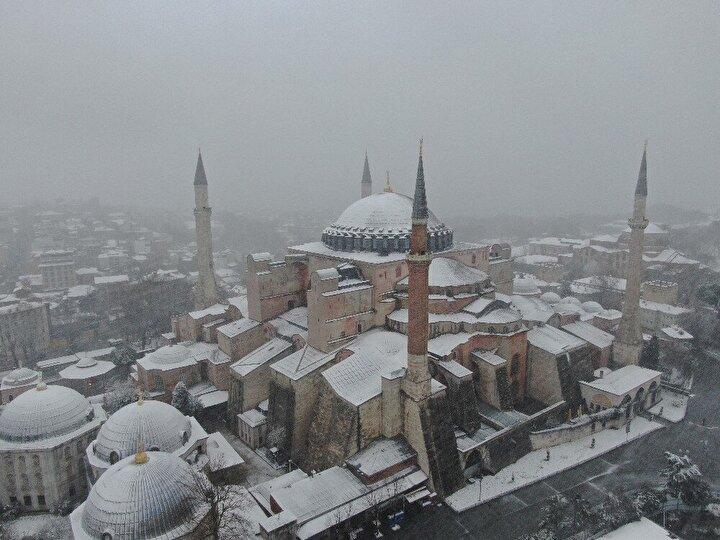 İstanbulda dün akşam saatlerinden itibaren etkili olan kar yağışı kentin birçok alanını beyaza bürüdü. Etkisini hala sürdüren kar yağışı, Sultanahmet Camii, Ayasofya ve Topkapı Sarayının üzerini beyaz örtü ile kapladı. Beyaz gelinliğini giyen tarihi yarımada havadan görüntülendi. Beyaz örtü ile kaplanan tarihi yarımada kartpostallık görüntüler oluşturdu. Kar etkisini arttırarak devam ederken, görüş mesafesi de düştü.