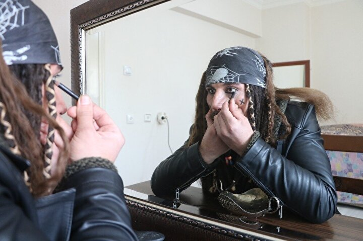 Atalay, hayranlık duyduğu Jack Sparrow karakterine benzeyebilmek için günün 1 saatini ayna karşısında geçirmeye başladı.