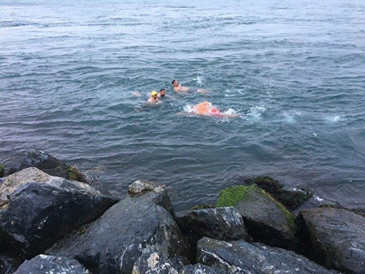 """Denize girmeden önce konuşan Hüseyin kahraman, """"Bizim için harika bir hava. Hava ne kadar soğuk olursa, su o kadar iyi oluyor. Su daha sıcak oluyor ve fazla etkilenmiyorsun. Arkadaşlarımızla geldik. Sarayburnu Fatihleri olarak tüm Türkiye'ye selam olsun"""" şeklinde duygularını ifade etti.""""Biz burada 365 gün denize giriyoruz"""""""