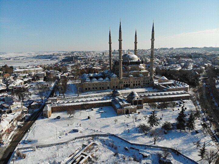 Mimar Sinanın Ustalık eseri eşsiz mabet Selimiye Camii ise karlar altında görkemine görkem kattı.