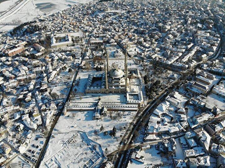 Kar yağışı sona erse de, kentte hava sıcaklığının eksi derecelerin altında olması nedeniyle, beyaz örtü şehri terk etmedi.