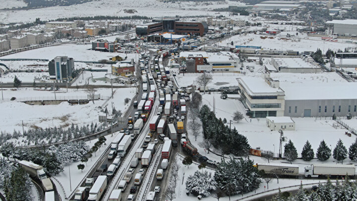 İstanbulda zaman zaman tipi şeklinde etkili olan kar yağışı sürücülere zor anlar yaşatıyor. TEM Otoyolu Gebze mevkiinde etkili olan kar yağışı nedeniyle uzun araç kuyrukları oluştu.