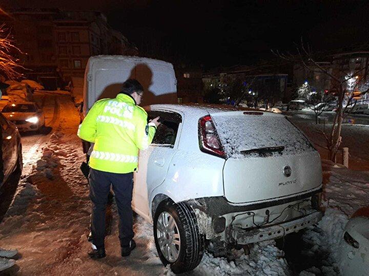 Sultangazide karla kaplı bir sokak arasından çıkmak isterken kayan otomobil park halinde duran panelvan minibüse çarparak durdu. Kaza sonrası araçta bulunan sürücü hafif şekilde yaralandı.
