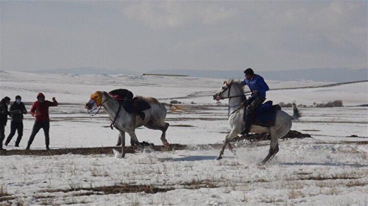 Zeminin kaygan olması, ciritçilere zor anlar yaşattı. 5er kişilik takım oluşturan ciritçilerden bazıları, atların ayaklarının kayması sonucu yere düştü.