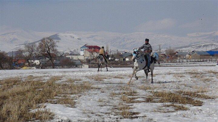 Ata sporu cirit, Karsın Selim ilçesinde gençler tarafından yaşatılmaya çalışılıyor.
