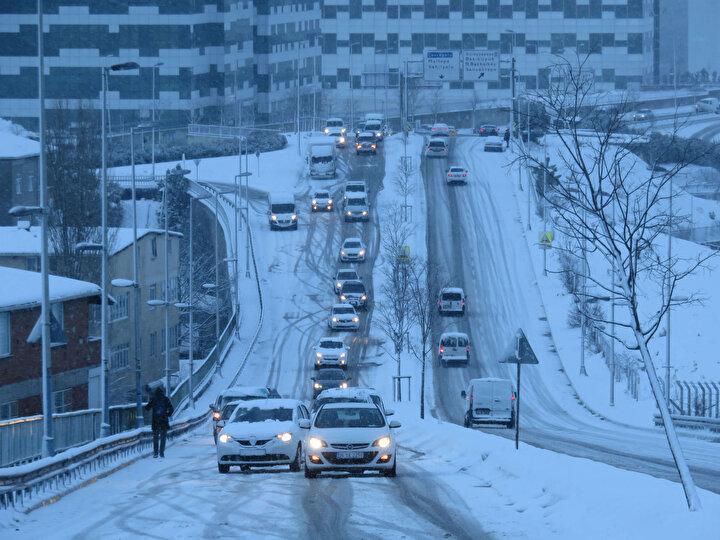 """Yolda kalan bir sürücü, Araba çıkmadı. Maltepe Belediyesinin çalışması. Hastane olan bir yolun kapanması... Vatandaş nasıl gider nasıl gelir düşünmek lazım. Sabah 07.30dan beri yoldayız diye konuştu. Zincir takmaya çalışan bir sürücü de Yollar çok berbat buzlanma var kayıyor. Zincir takıp çıkmaya çalışacağız"""" diye konuştu."""